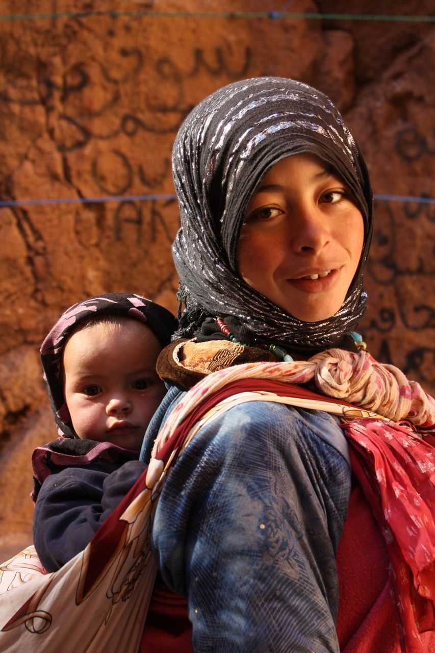 AR OSE woman with child in the Todra Gorge